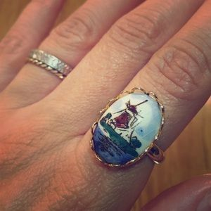 Vintage ring: porcelain cameo on gold tone band
